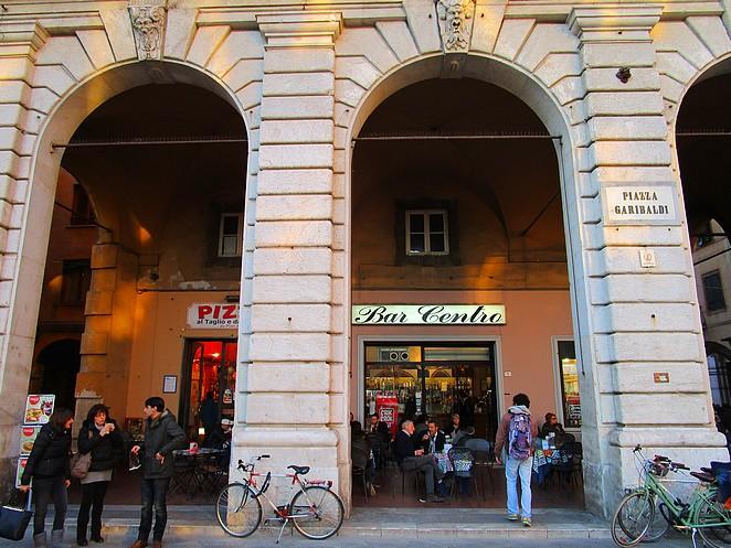 Een bar op Piazza Garibaldi