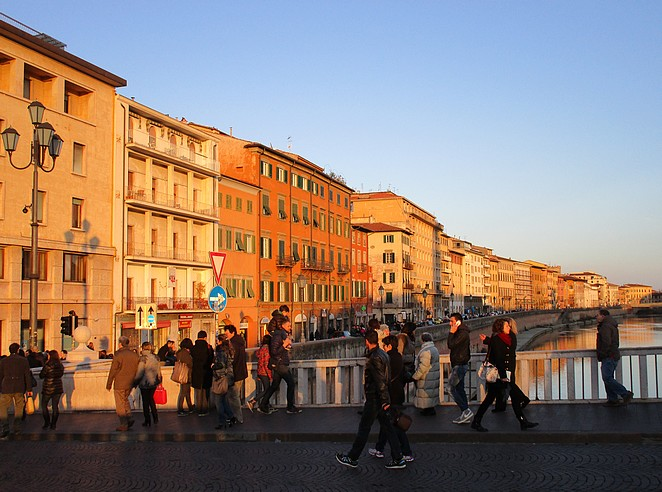 Mensen wandelen over de Ponte di Mezzo