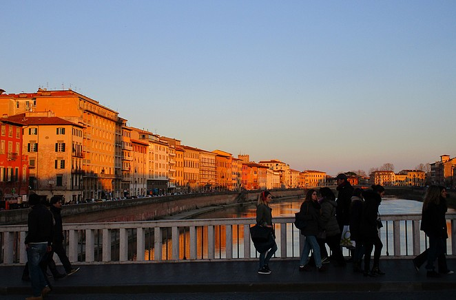 Mensen op de Ponte di Mezzo, tijdens hun passegiatta