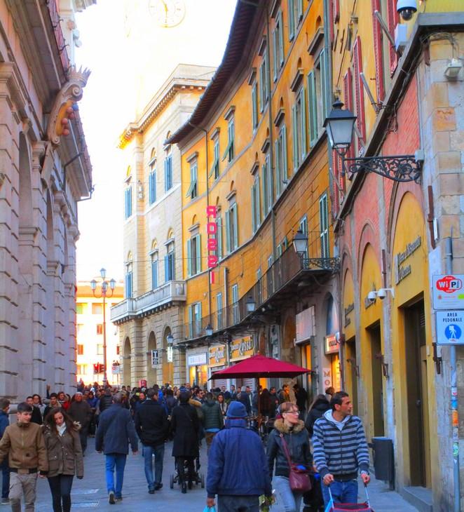 Kleurrijke huizen en winkels in Pisa