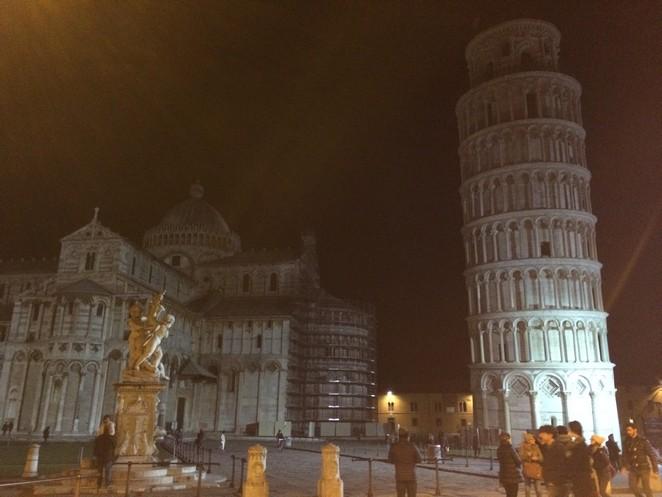 De toren van Pisa by night