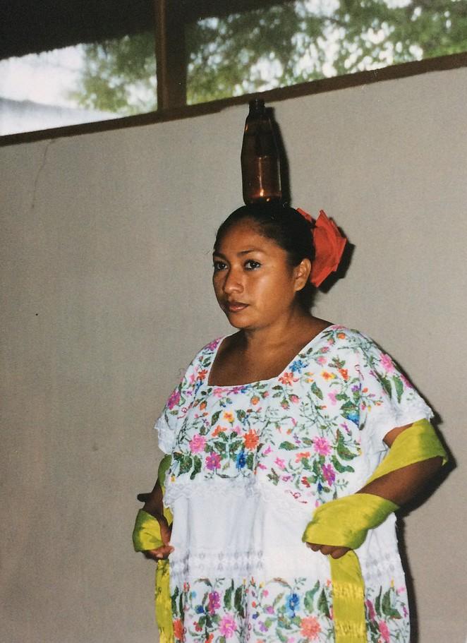 Mexicaanse vrouw treedt op voor toeristen bij Chitzen Itza
