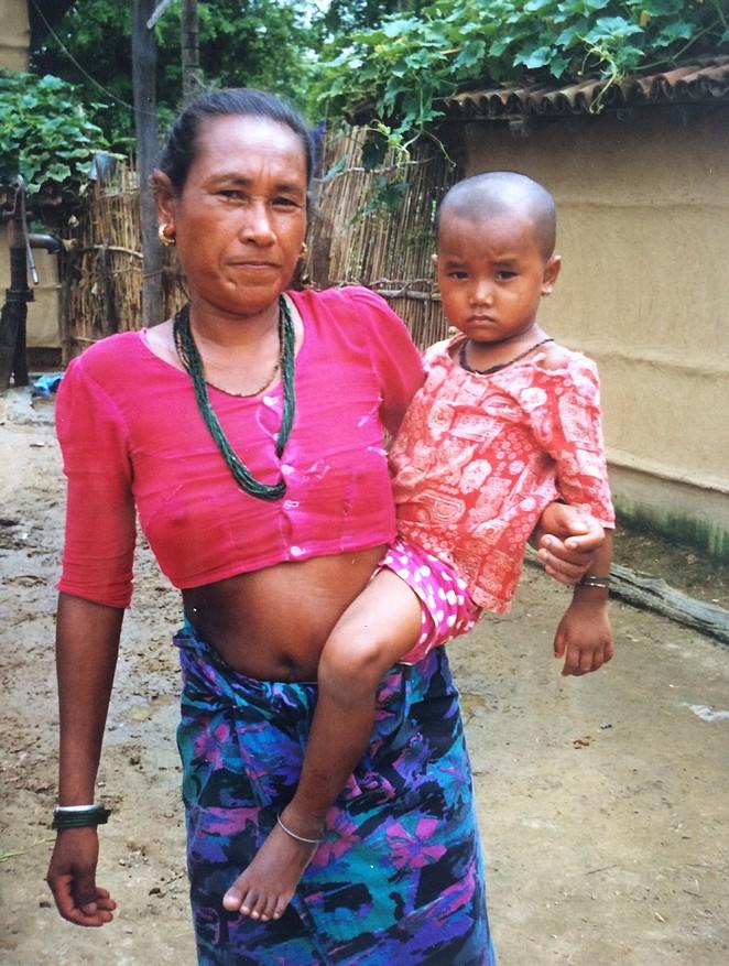 Vrouw met kind in Nepal