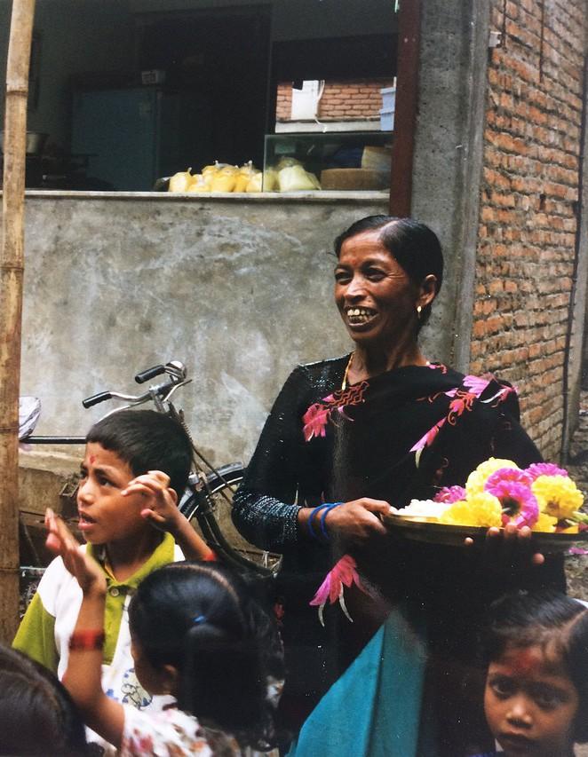 Vrouw met kinderen in Kathmandu