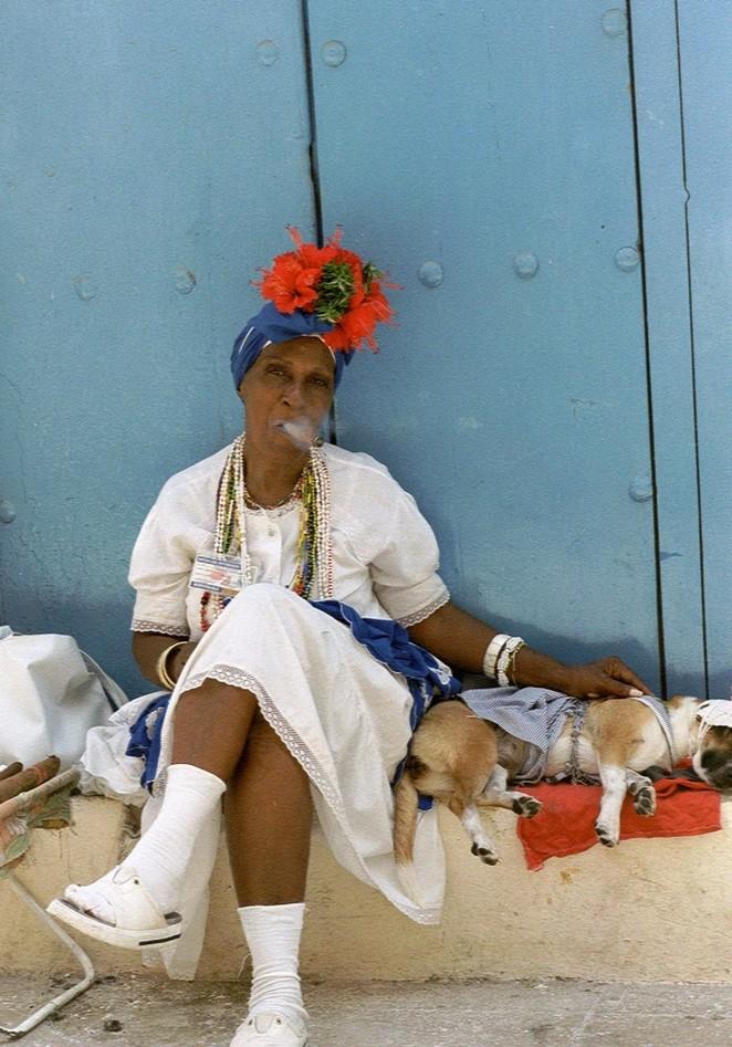 Vrouw met sigaar op Cuba