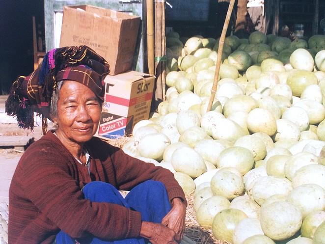 Vrouw op de markt bij Inle Lake