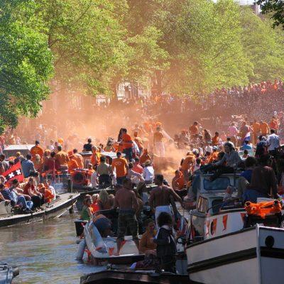 Koningsdag in Amsterdam: hoogzwanger op een boot