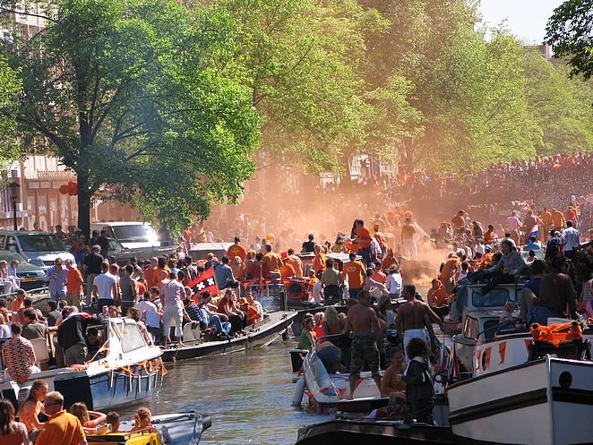 grachten-amsterdam-oranje