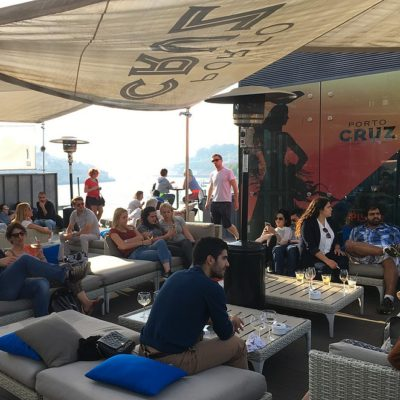 Trendy rooftop bar en terrace lounge in Gaia (Porto)