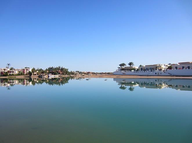 weerspiegeling-water-el-gouna