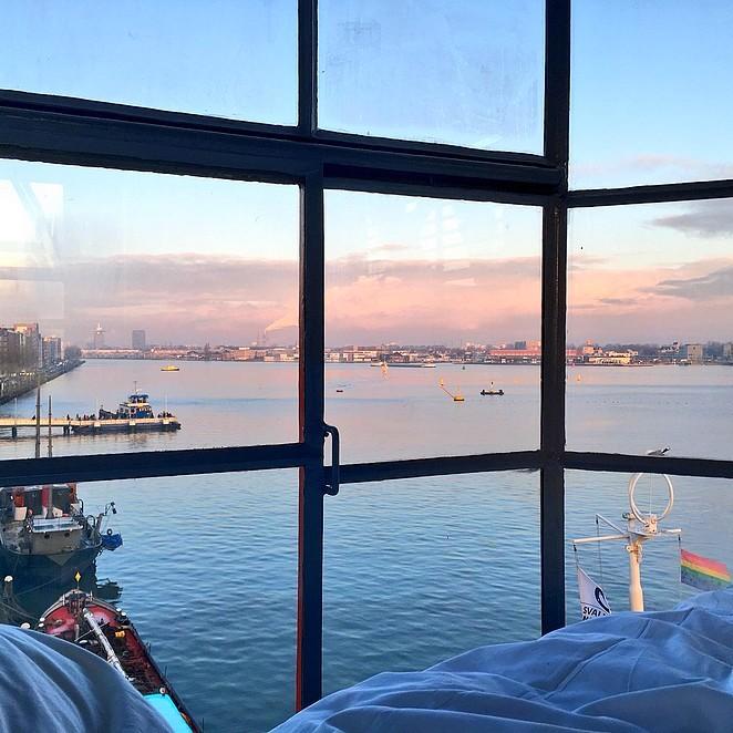 Filmpje: overnachten in een havenkraan