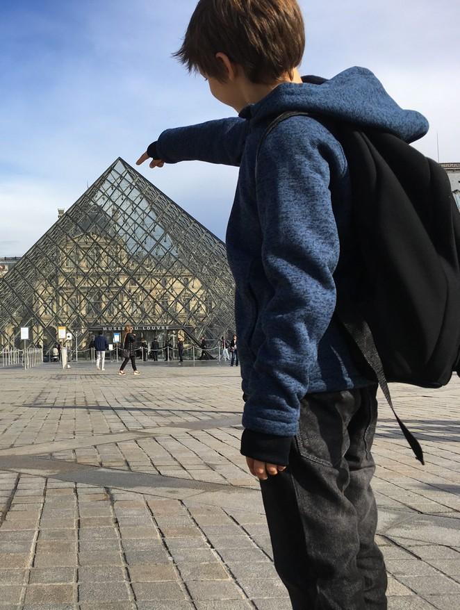 parijs-kinderen-glazen-piramide