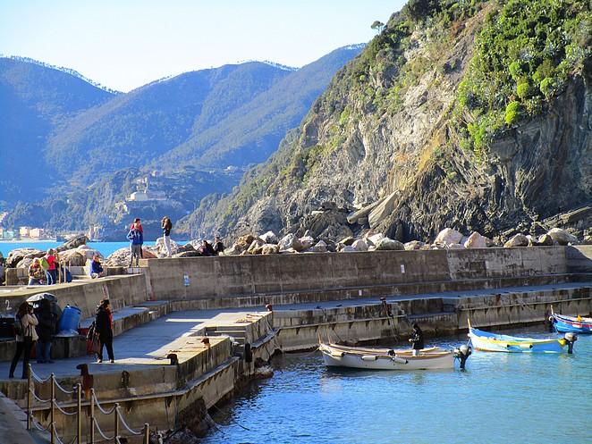 Vernazza toeristen in het haventje