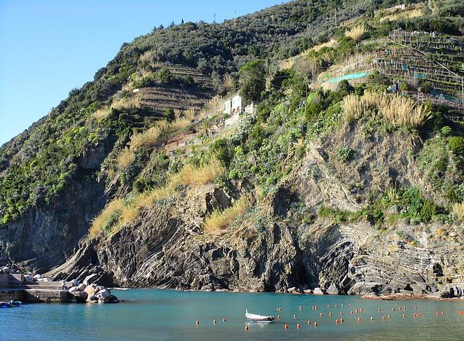 Vernazza zicht op de bergflank