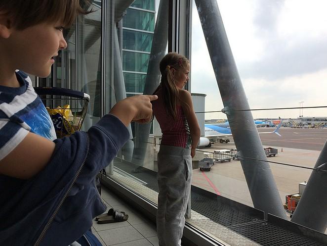 kinderen-schiphol-vliegtuigen-kijken