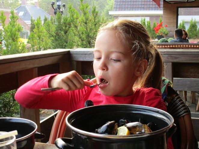 Mosselen eten met kinderen