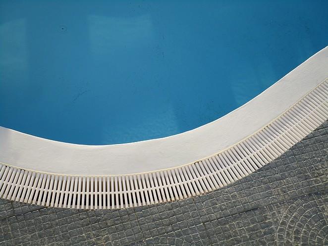 Aan de rand van het zwembad