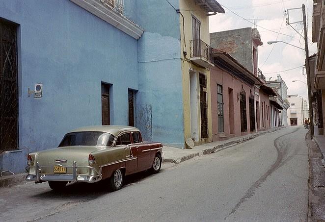 Auto in straatje Cuba
