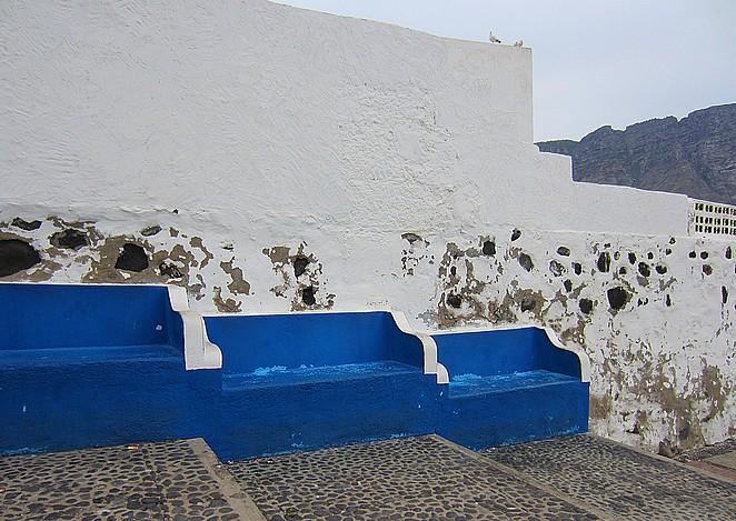 Blauwe bankjes in Agaete Gran Canaria