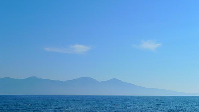 Blauwe bergen boven zee Denise Miltenburg