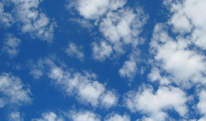 Blauwe lucht met wolkjes