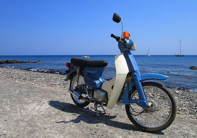 Brommer op Grieks strand
