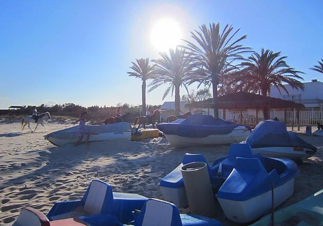 Late zon op het strand van Tunesie