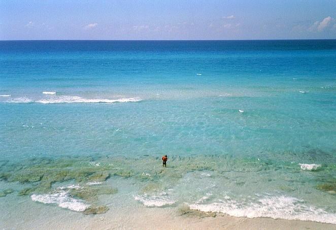 Man in zee bij Varadero
