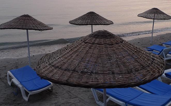 Parasols en ligbedden strand Turkije