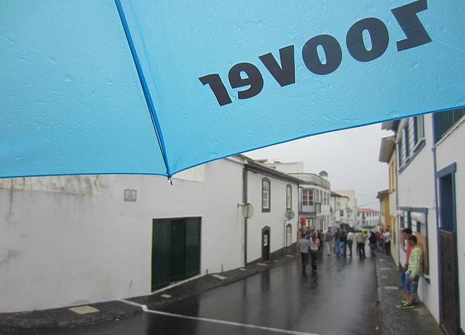 Regenbui op de Azoren Zoover paraplu