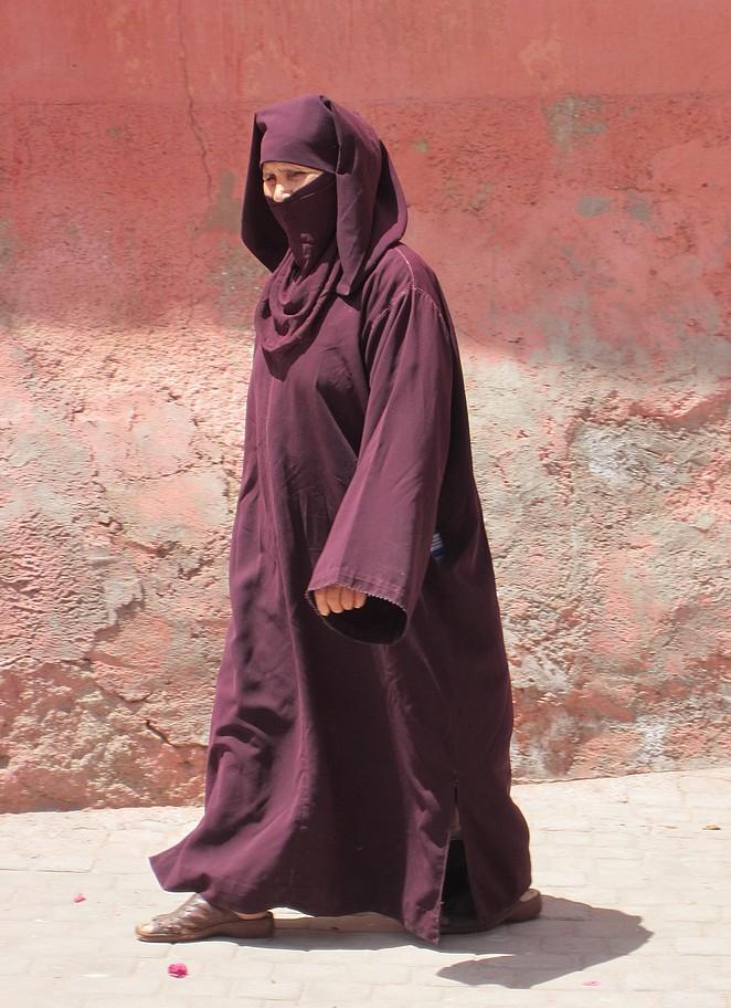 Gesluierde vrouw in Marokko