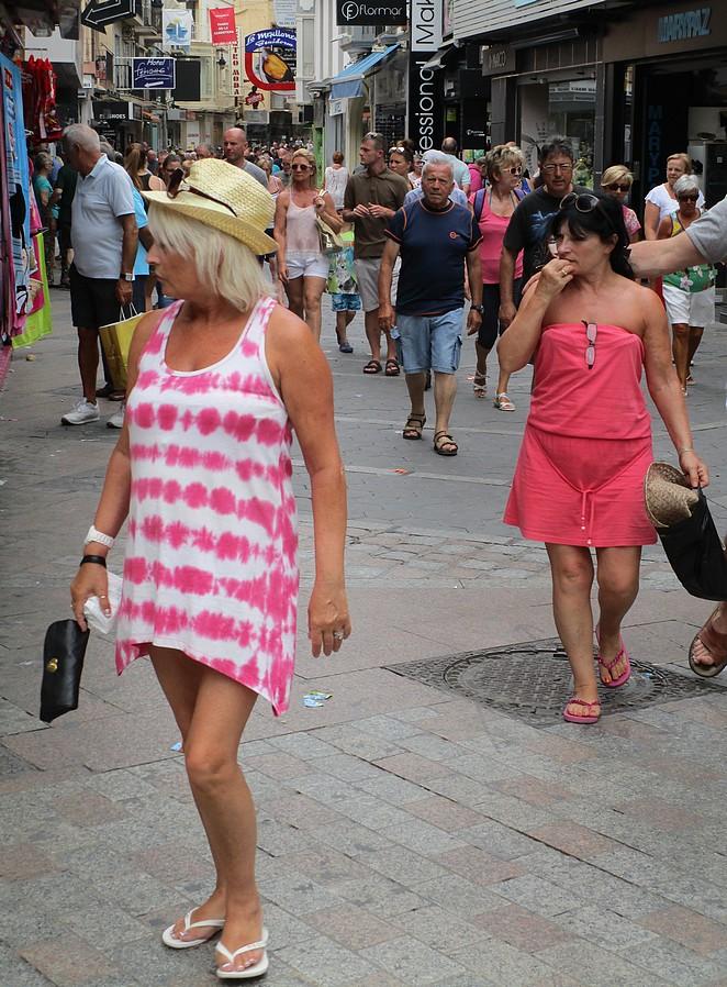 Toeristes op leeftijd Spaanse badplaats
