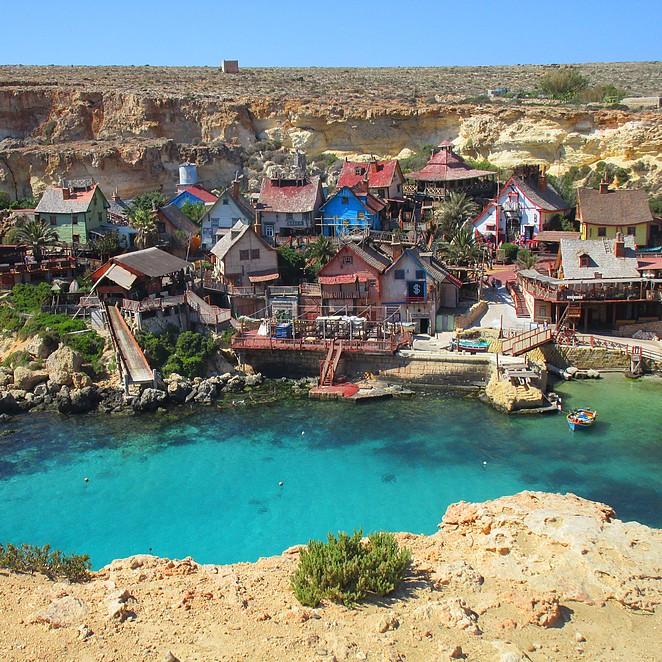 Popeye Village – een kleurrijk dorpje aan een sprookjesachtige baai