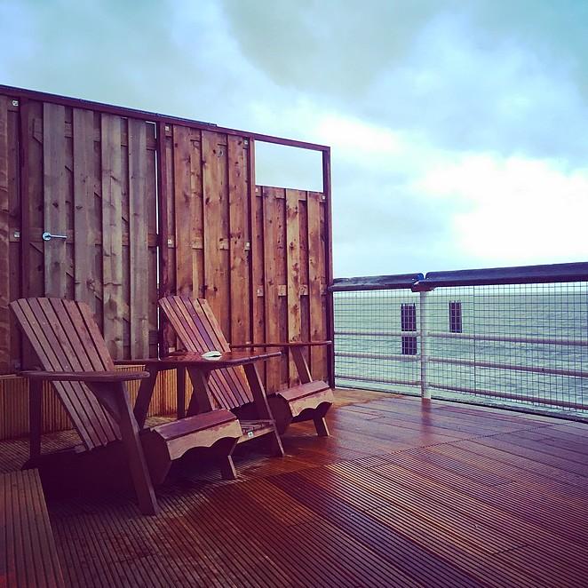 Suites en cabins op de Pier: luxe slapen boven zee