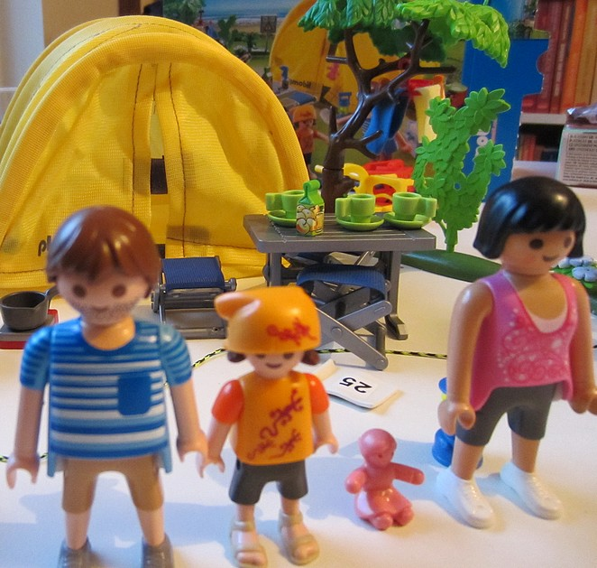 playmobil-tent-family