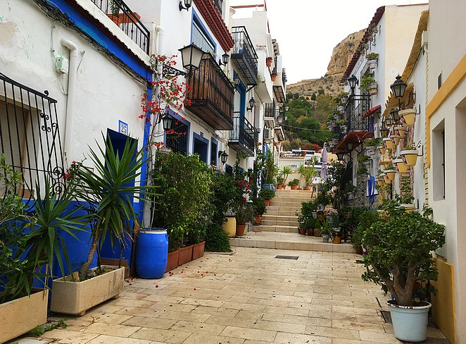 Typisch-straatje-Santa-Cruz-Alicante