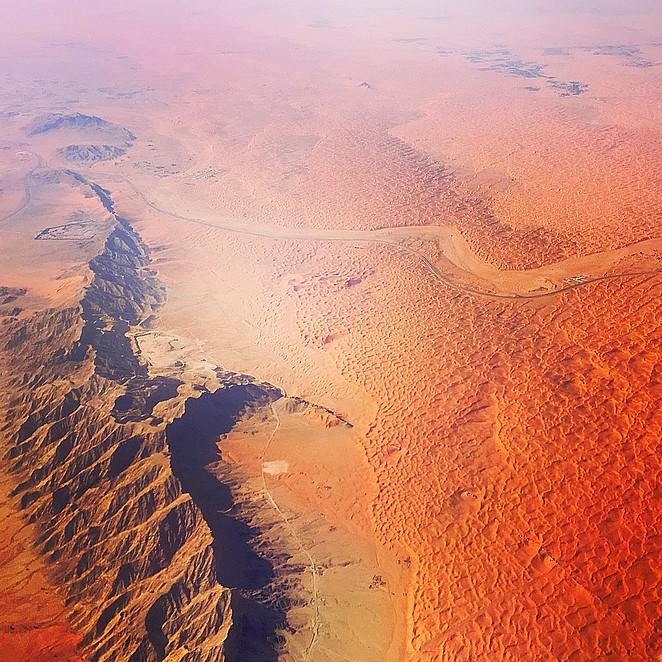 De woestijn van Sharjah vanuit mijn window seat