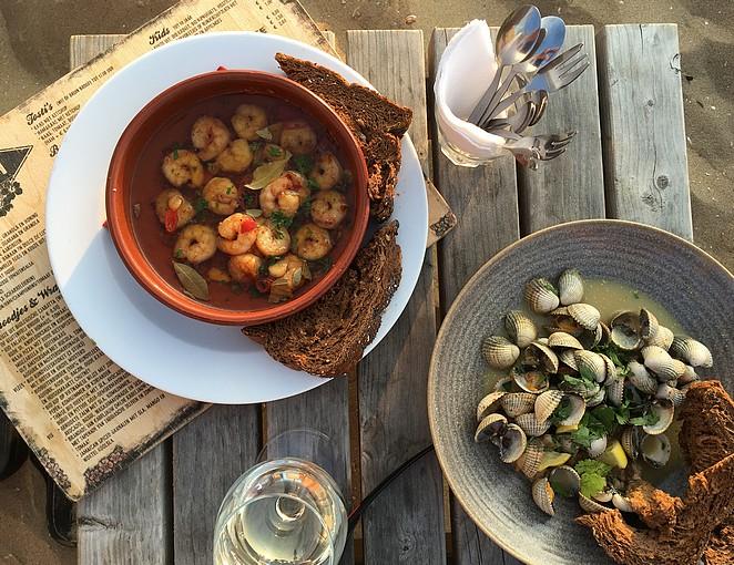seafood-eten-bij-strandtent-buiten