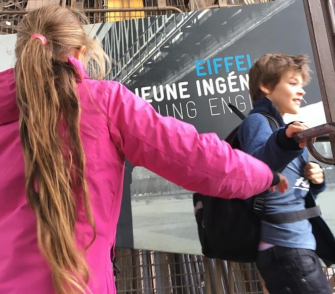 met-kinderen-de-eiffeltoren-beklimmen