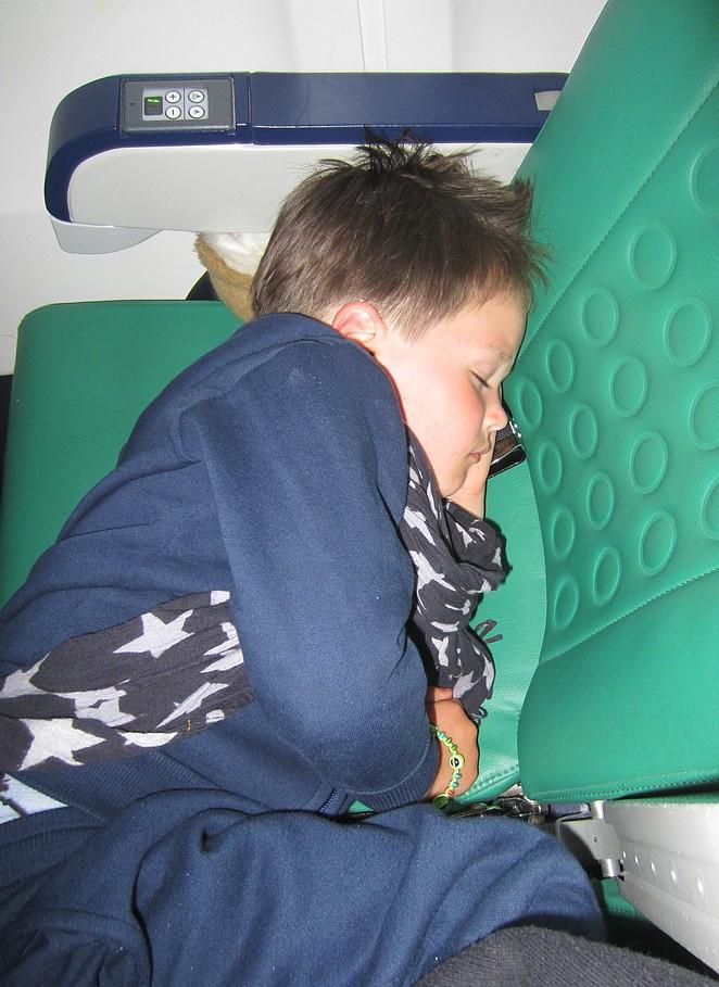 kinderen-slapen-vliegtuig