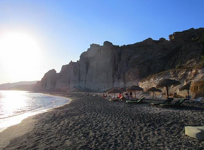 rustig-strand-santorini