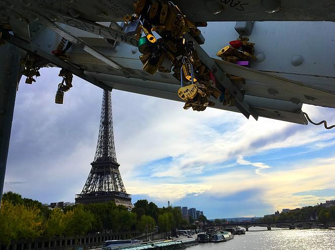 liefdesslotjes-brug-parijs