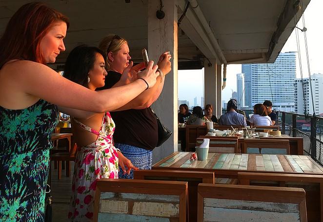 Vrouwelijke-toeristen-bangkok