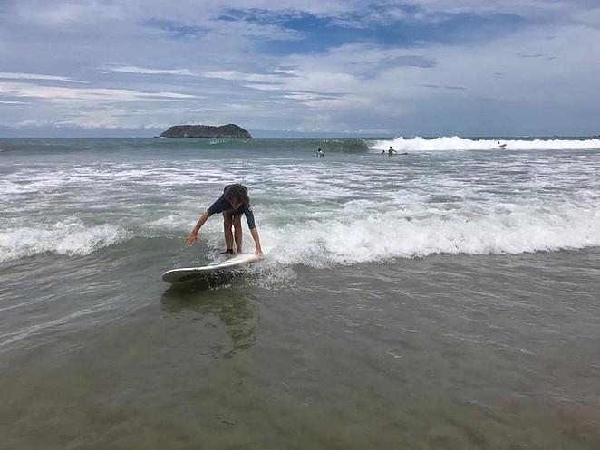 costa-rica-met-tiener-surfen