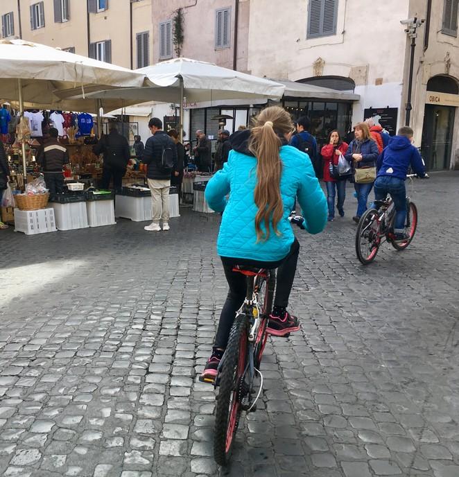met kinderen-fietsen-door-rome