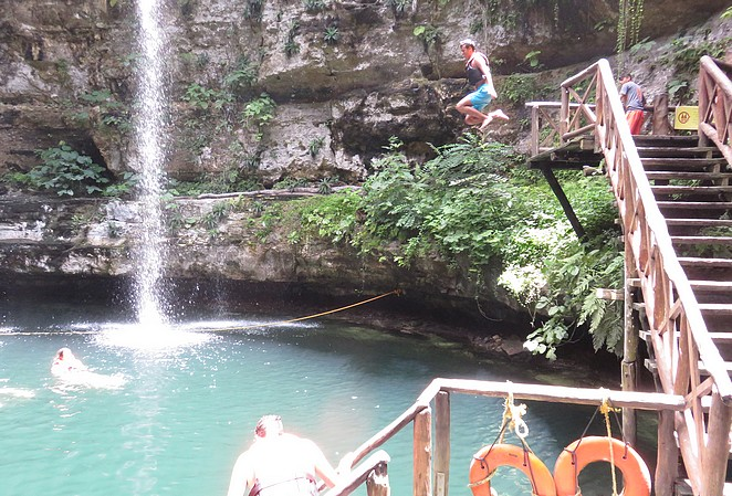mexico-met-puber-zwemmen-cenote