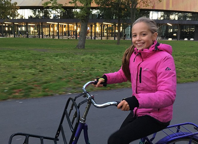 dochter-bo-fietsen-in-den-haag