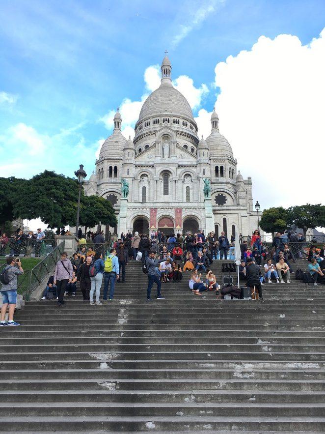 toeristen-op-de-trappen-van-de-sacre-coeur