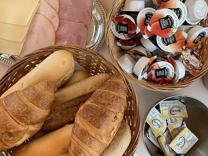 train-lodge-amsterdam-breakfast