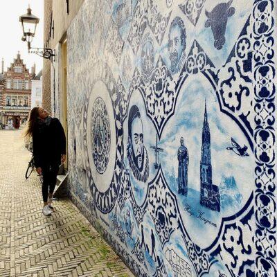 Delfts Blauw in de Bonte Ossteeg, het mooiste steegje van Delft